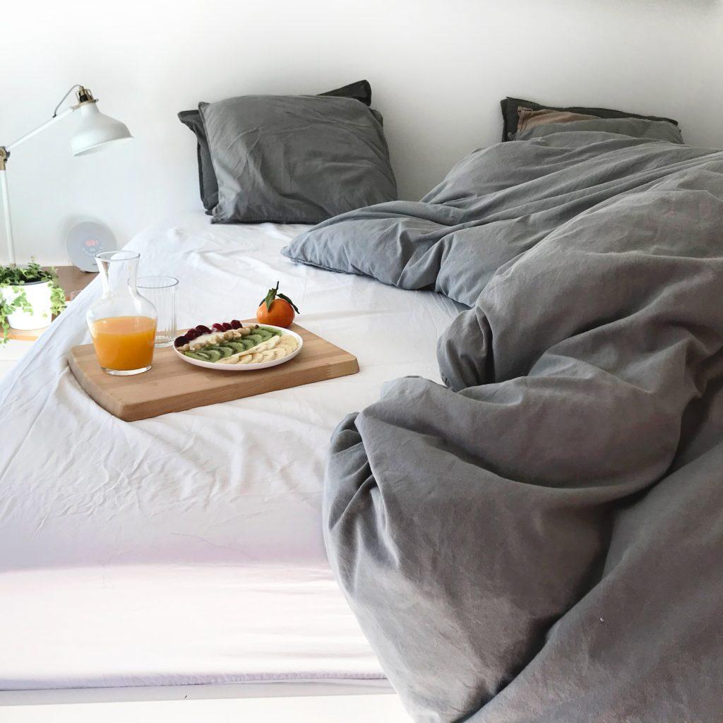 Petit déjeuner au lit dans chambre Ikea